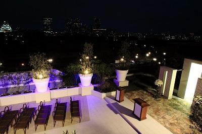 ガーデンチャペルと大阪城の夜景