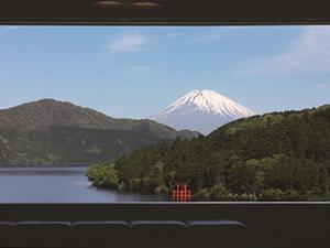 画像:成川美術館展望室よりみる芦ノ湖と富士山