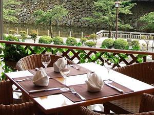 画像:金沢城公園の石垣が見えるレストラン