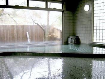画像:源泉あふれる大浴場
