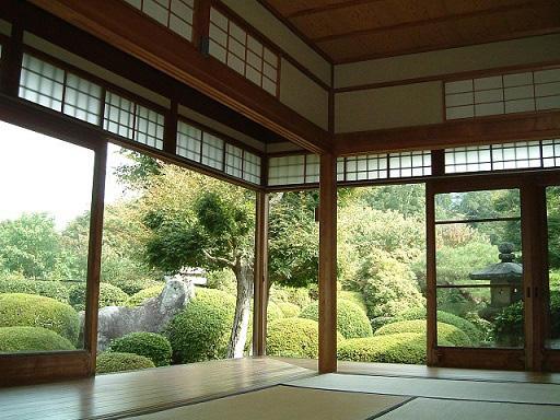 画像:広間から見た庭園