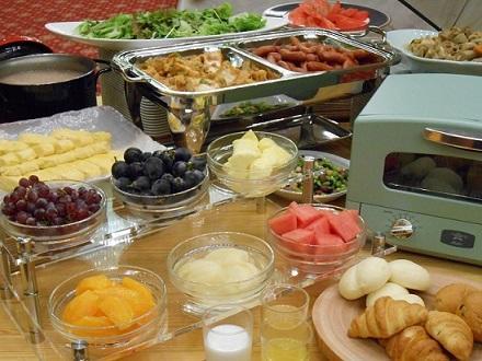 画像:フルーツも楽しめる朝食バイキング