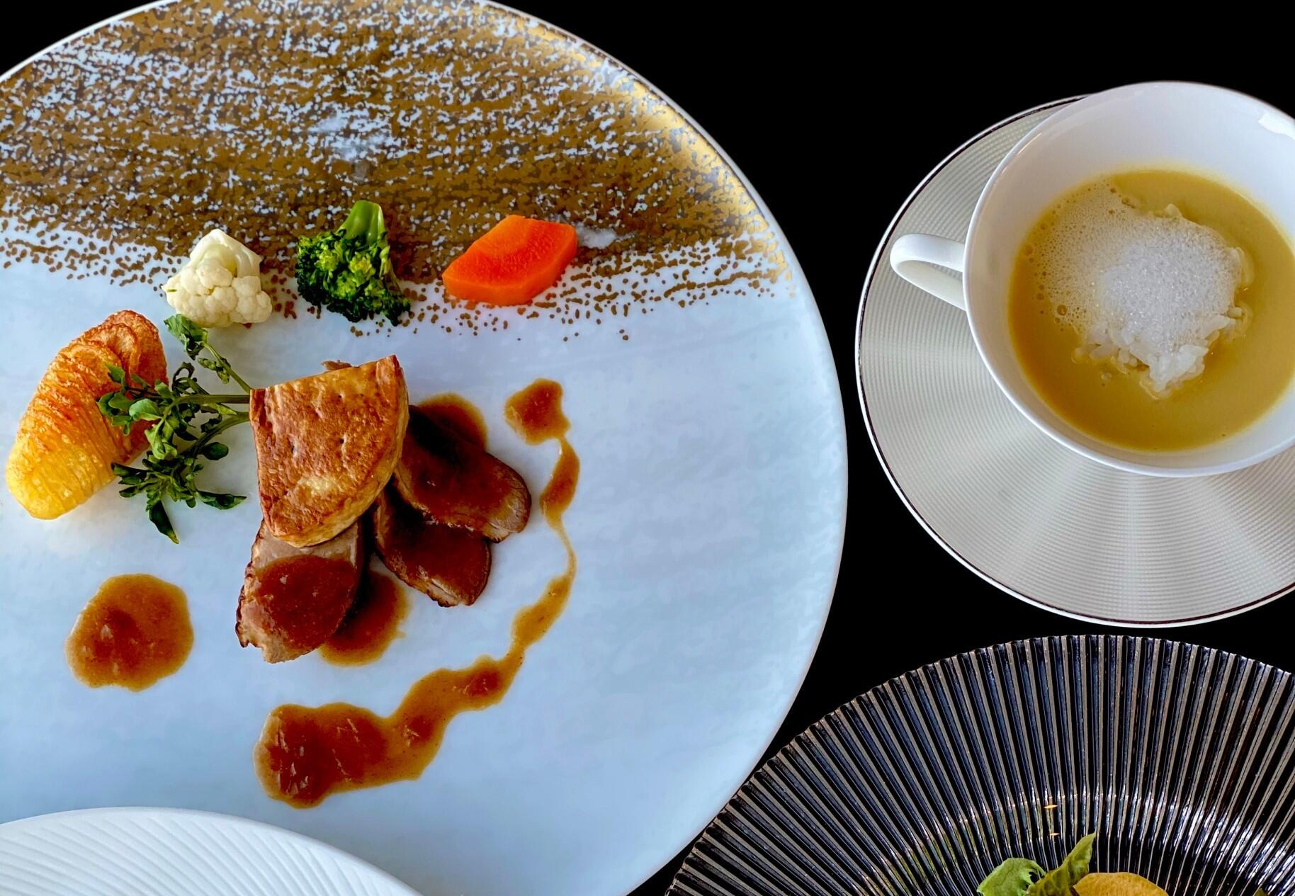 画像:お肉料理とスープ